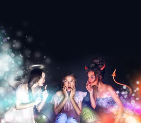 audition: Piękna kobieta siedzi w domu. Anioł i Diabeł mówi o niej próbuje ją przez ich stronie. Ona się waha. Wiele copyspace. Zdjęcie Seryjne