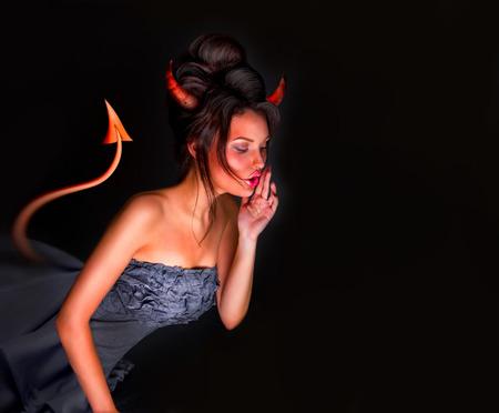 Sexy vrouw van de duivel met staart hoorns en rode huid fluistert iets. Veel copyspace