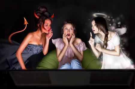 teufel engel: Portrait der h�bschen Frau zu Hause sitzen. Engel und Teufel mit ihr zu reden von den verschiedenen Seiten des Bildes. Sie ist �ber die Entscheidung zu z�gern