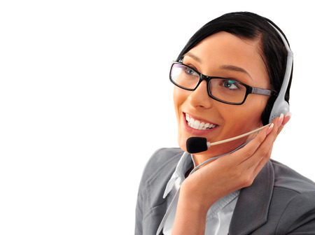 hands free: Mujer auricular Telemarketing de call center sonriendo feliz hablando en manos libres dispositivo auricular. Mujer de negocios en traje aislado sobre fondo blanco.