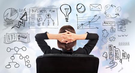 mujer reflexionando: Mujer de negocios joven que piensa de sus planes