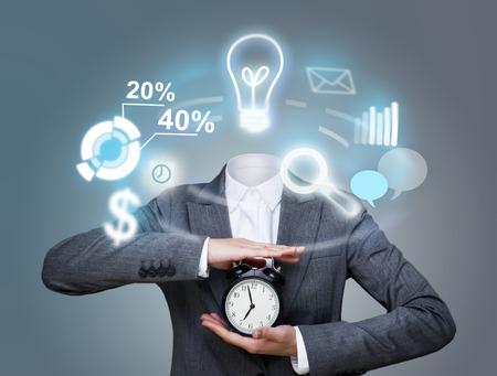 daily routine: Imagen conceptual de la mujer de negocios sin cabeza y los iconos de la rutina diaria en su lugar. Concepto de la inteligencia artificial
