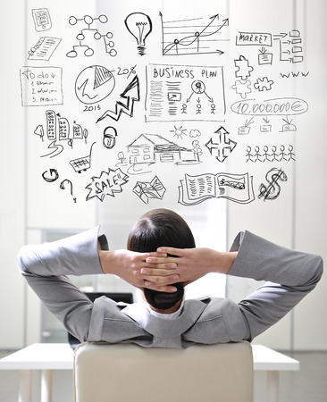 бизнес: Молодая деловая женщина думает о своих планах