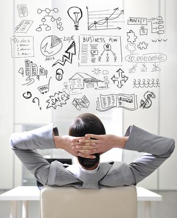 üzlet: Fiatal üzletasszony gondolkodás az ő tervei Stock fotó