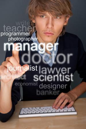 Jonge man aan het werk op zijn computer en op zoek naar personeel of een baan. Het kiezen van beroep op transparante touchscreen