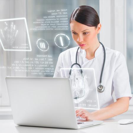 Muy femenina m�dico medicina trabaja con interfaz de la computadora moderna