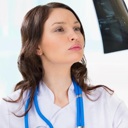 Mujer médico en busca de una testículos resultados de la ecografía