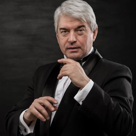 黒の背景に専門の催眠術師の肖像画