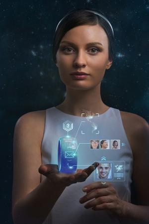 Mujer que sostiene el dispositivo port�til. Nuevas tecnolog�as. Herramientas inal�mbricas. Comunicaciones en el futuro y el concepto de medios sociales.