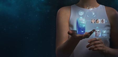 Mujer irreconocible que sostiene gadget de vestir. Nuevas tecnolog�as. Herramientas inal�mbricas. Comunicaciones en el futuro y el concepto de medios sociales.
