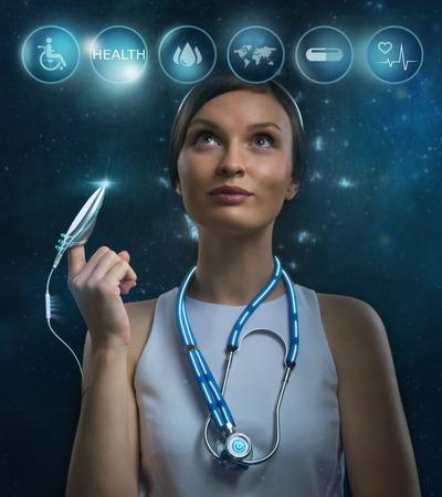 medicamentos: Futurista mujer m�dico de trabajo con los iconos de la salud. Futuro o Modern tecnolog�as m�dicas concepto