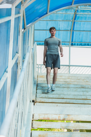 bajando escaleras: Hombre joven que va abajo como parte de su entrenamiento