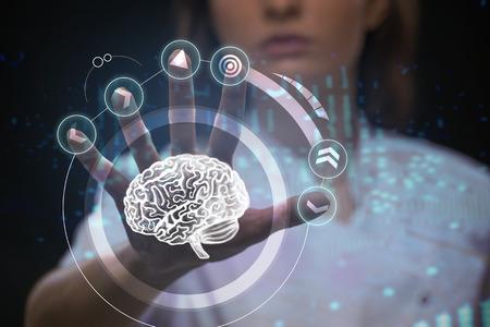 Médico que trabaja con interfaz de pantalla táctil futurista