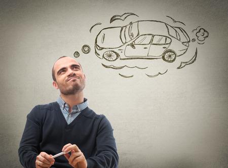 Concepto de crédito de coches. Hombre soñando con coche
