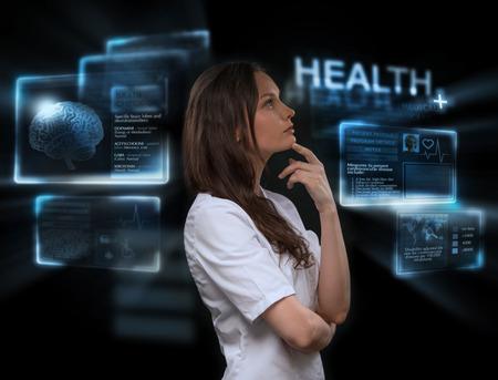 Vrouwelijke arts met een virtuele interface. Moderne medische technologie concept