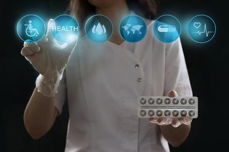 medicamentos: Salud, medicina y el futuro concepto de la tecnolog�a - doctora con interfaz virtual