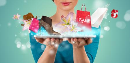 mujeres elegantes: Mujer irreconocible compras en l�nea usando su Tablet PC