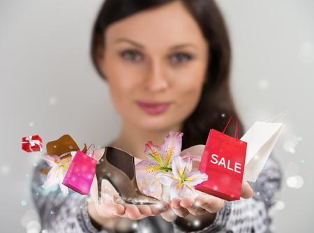 Vrouw winkelen online met behulp van haar virtuele-interface