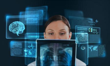 개념으로 현대적인 컴퓨터 인터페이스 근무하는 여성 의학 의사