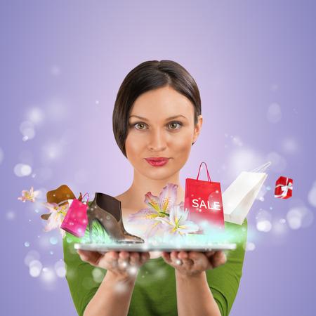 Vrouw online winkelen met behulp van haar tablet-computer