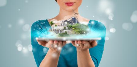 Mujer irreconocible que presenta su proyecto arquitect�nico virtual usando Tablet PC moderna Foto de archivo