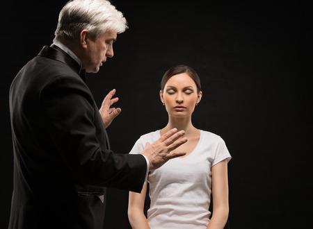 Alternatieve geneeskunde therapeut met behulp van hypnose om zijn patiënt te genezen