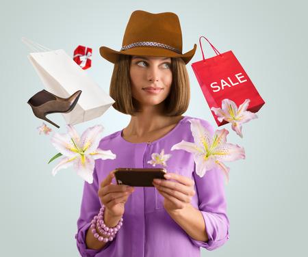 Vrouw online winkelen met behulp van haar smartphone Stockfoto