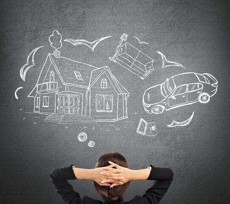Hypotheek en krediet concept. Jonge vrouw die haar toekomst