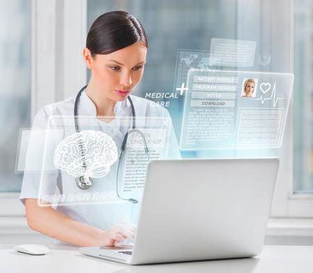 Mujer de exploraci�n m�dico cerebral de paciente con la ayuda de la tecnolog�a moderna