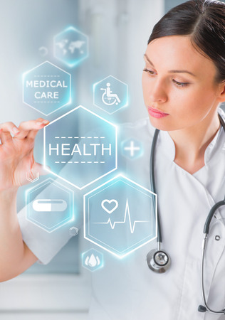 Mujer médico de trabajo con los iconos de la salud. Modern tecnologías médicas concepto Foto de archivo