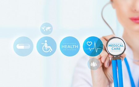 의학 의사 손 청진기를 들고 현대 의료 아이콘 작업