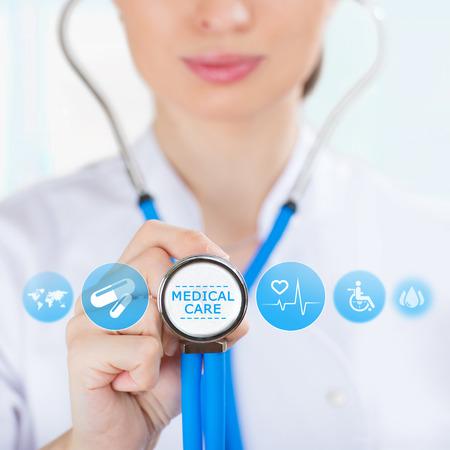 medico computer: Medicina mano del medico azienda stetoscopio e lavorare con le icone mediche moderne