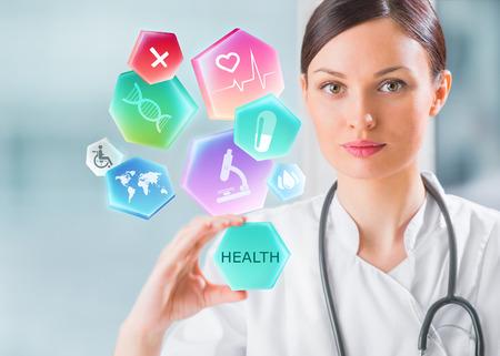 Vrouwelijke medische arts die met gezondheidszorgpictogrammen werkt. Modern medisch technologieconcept Stockfoto