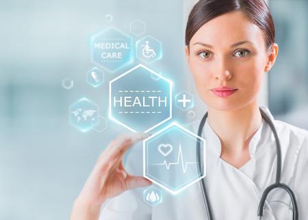 Mujer m�dico de trabajo con los iconos de la salud. Modern tecnolog�as m�dicas concepto Foto de archivo
