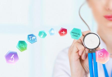 Geneeskunde arts hand houden van een stethoscoop en het werken met moderne medische pictogrammen