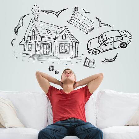 droomhuis: Hypotheek en krediet concept. Jonge man van plan zijn toekomst