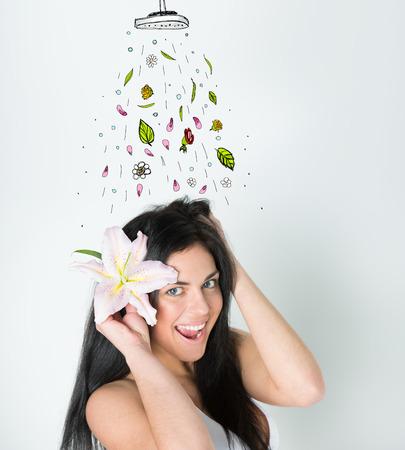 tomando refresco: Muchacha hermosa que toma la ducha fresca. Dibujado ducha, hojas y flores que cae sobre ella desde arriba. Concepto de refresco real Foto de archivo