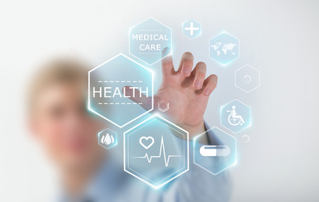 技术: 醫學醫生的手與現代醫學的圖標工作