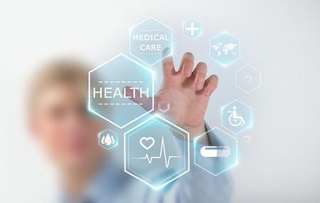 medicina: Doctor en medicina trabajando mano con los iconos de la medicina moderna