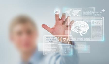 Doctor en Medicina trabajando con interfaz de la computadora moderna