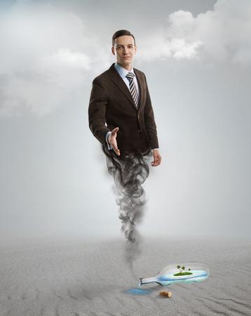 Hombre de negocios de Genie que aparece de la lámpara mágica o el biberón. Ayuda, ayuda concepto de solución urgente