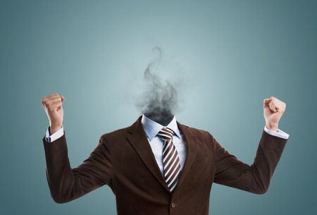Overwerkt burnout business man die zonder hoofd met rook in plaats van zijn hoofd. Sterke spanningsconcept