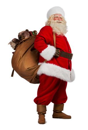 Retrato de cuerpo entero de Real Santa Claus llevando gran bolsa llena de regalos, aislado en fondo blanco