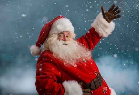 Happy Santa Claus lachen terwijl buiten op Noordpool