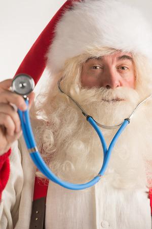 Kerstman Arts met behulp van een stethoscoop Stockfoto