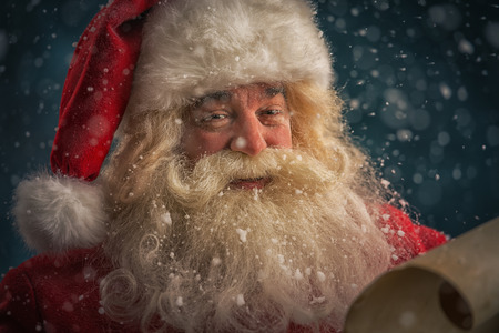 Portret van de gelukkige brief van de lezingsKerstmis van Santa in openlucht bij het noordenpool onder sneeuwval