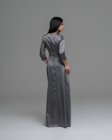 mujer cuerpo completo: Retrato integral de una mujer triguena atractiva en vestido de moda de nuevo Ver
