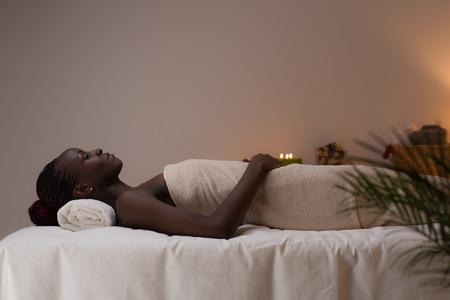 Spa African Woman in Beauty Salon Standard-Bild