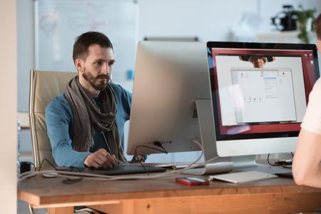 artistas: Artista o dise�ador dibujar algo en la tableta gr�fica en la oficina