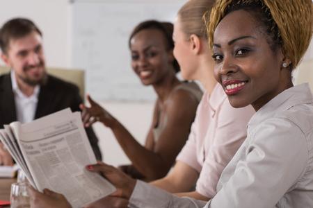 Business meeting op kantoor. Multi-etnische groep mensen. Focus op Afrikaanse zakenvrouw Stockfoto